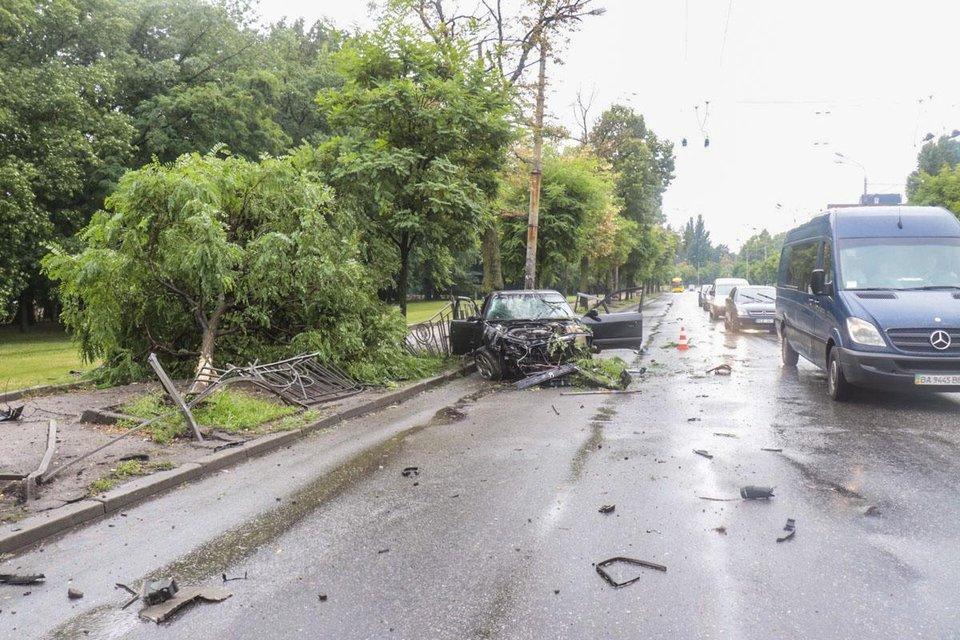 ДТП в Киеве: части машины раскидало в разные стороны - фото 133314