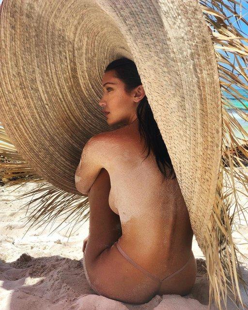 Белла Хадид в одних стрингах засветила грудь на пляже - фото 129313