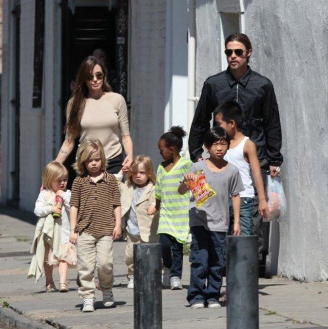 Анджелину Джоли могут лишить опеки над детьми из-за конфликта с Брэдом Питтом - фото 130381