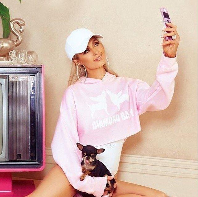 Пэрис Хилтон выпустила новую коллекцию одежды в стиле 90-х - фото 130351