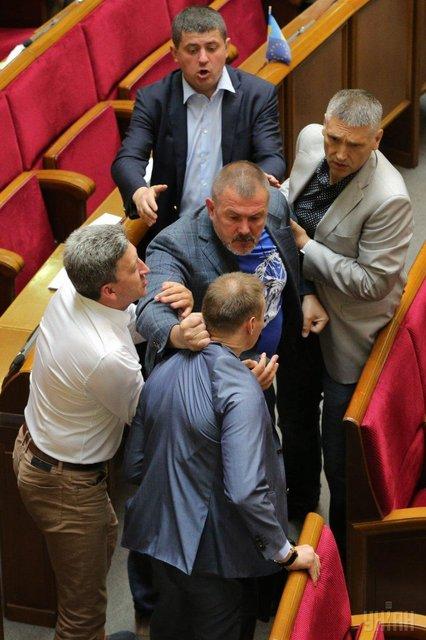 В Раде подрались депутат 'Народного фронта' и 'оппоблоковец' - фото 129583