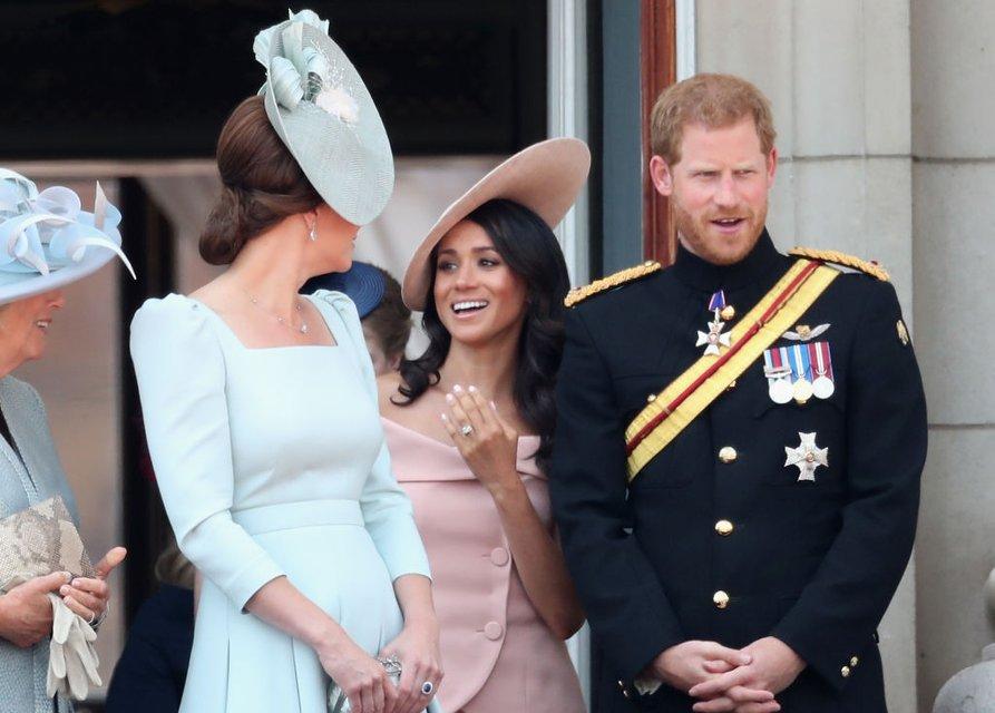 Меган Маркл нарушила королевский устав на дне рождения Елизаветы II - фото 130076