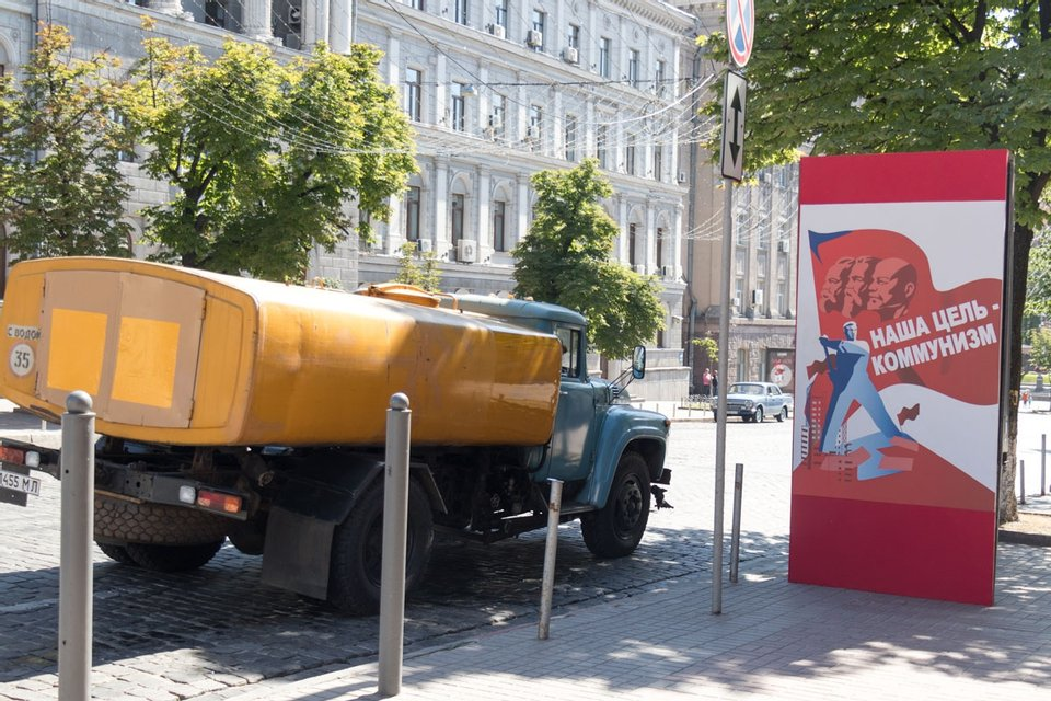 На центральных улицах Киева развесили советские агитационные плакаты (фото) - фото 129927