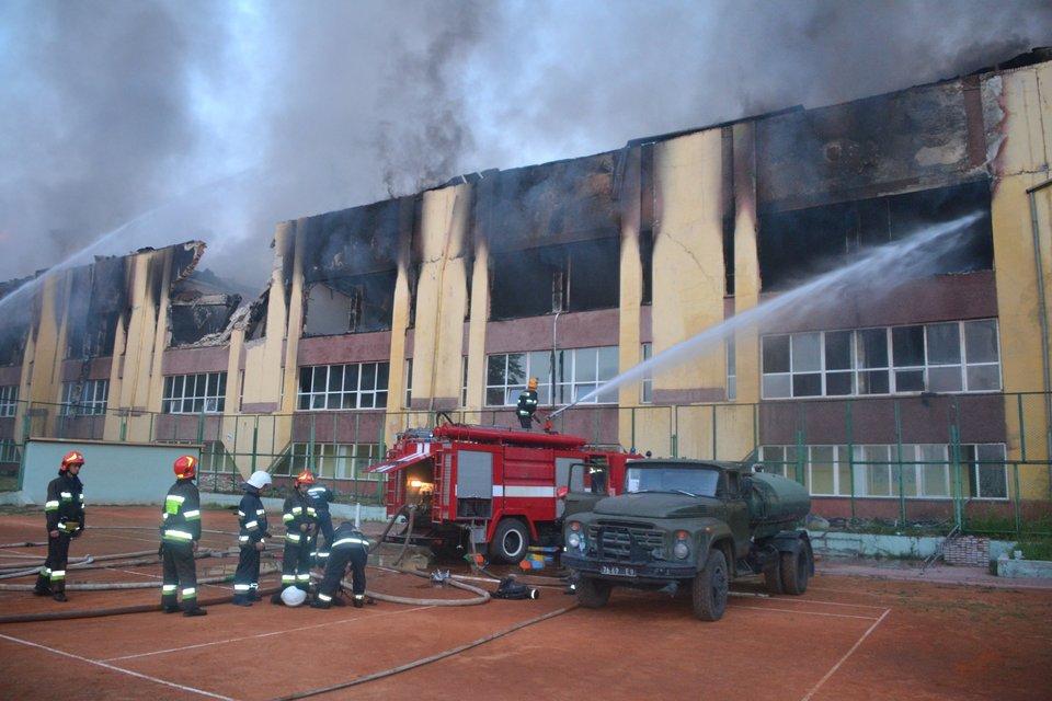 Во Львове загорелось здание спорткомплекса Минобороны - фото 129846