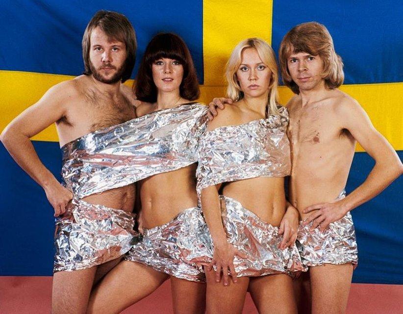 ABBA разделись на фоне государственного флага - фото 129591