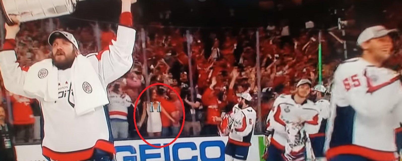 Фанатка показала голую грудь во время финала НХЛ - фото 129998