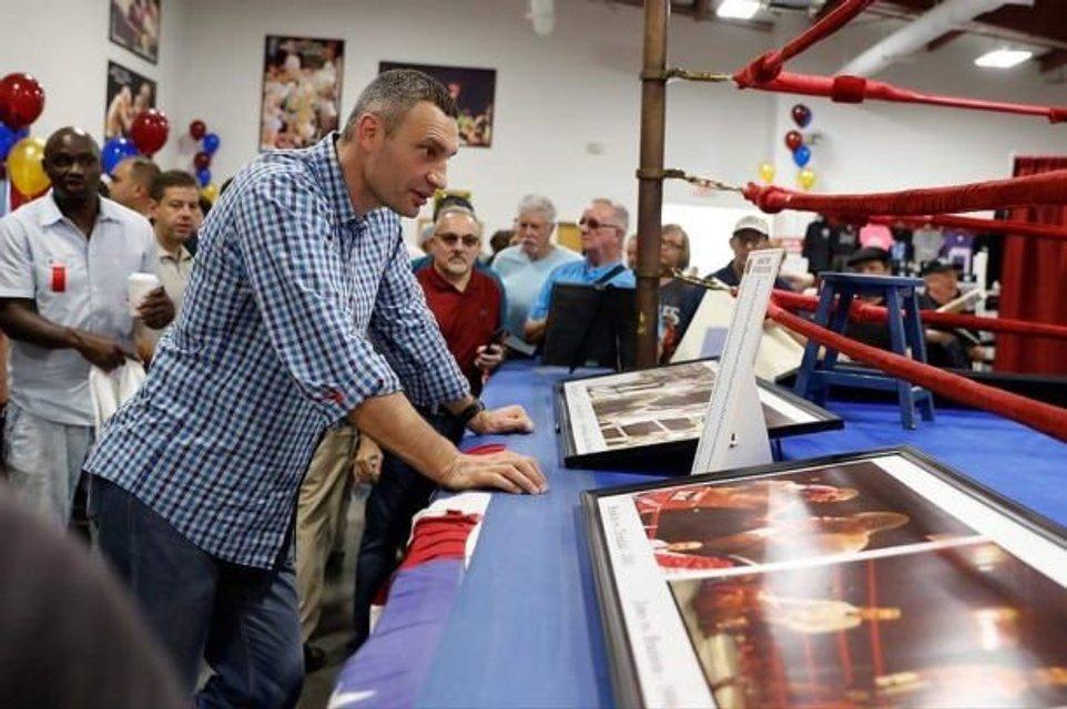 Виталий Кличко оставил отпечаток кулака для музея бокса - фото 129823