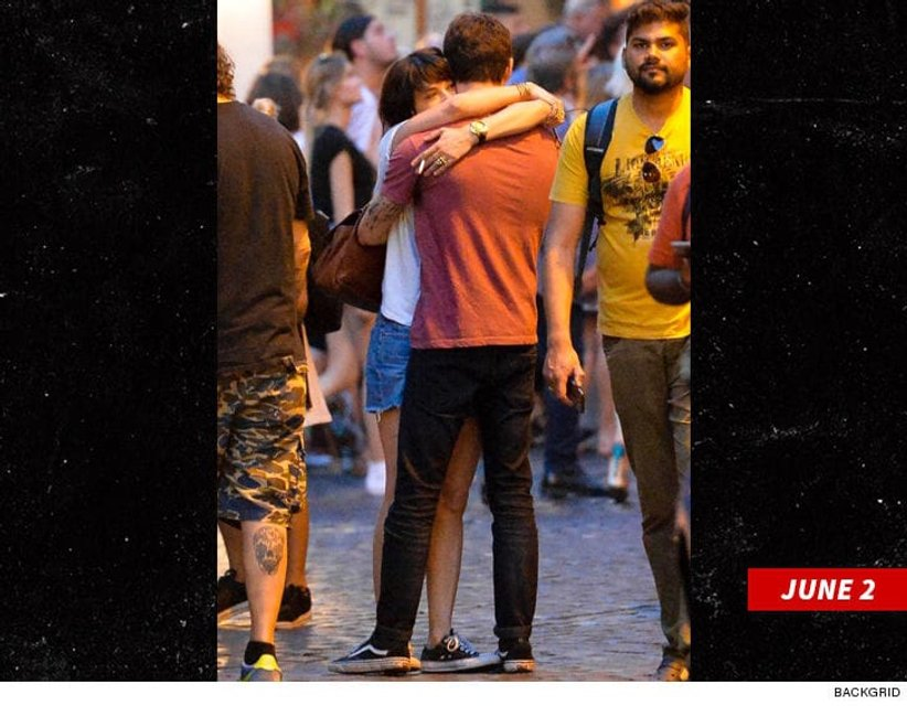 В суициде Энтони Бурдена обвиняют его близкую подругу - фото 130151