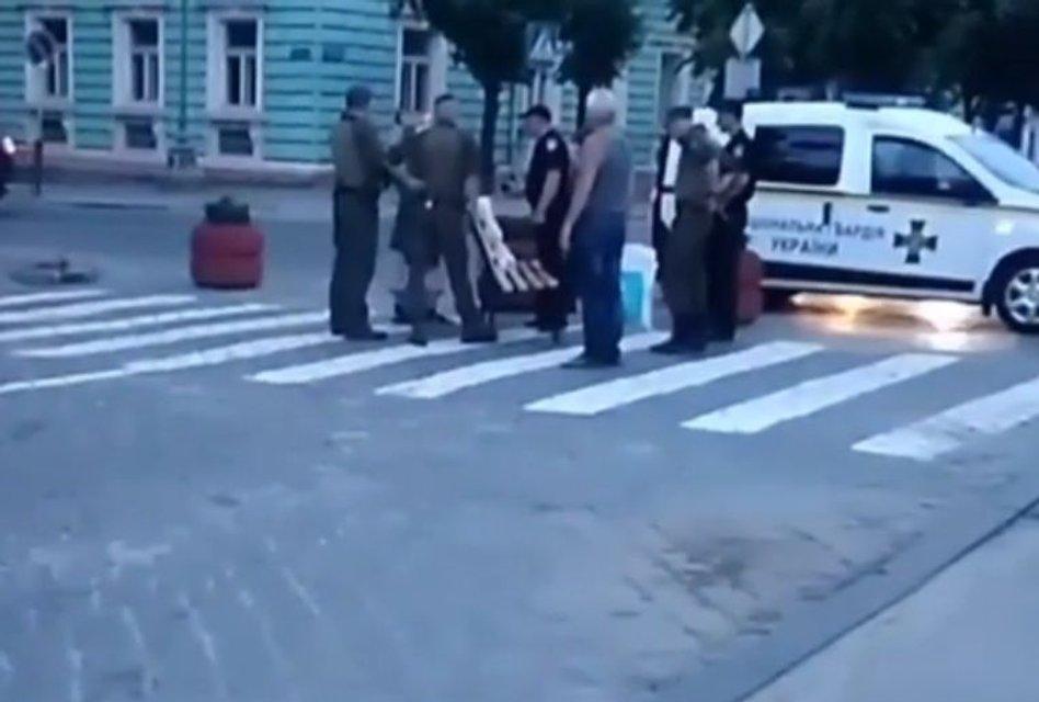 В Черновцах пенсионерка украла с центральной площади лавочку - фото 130290