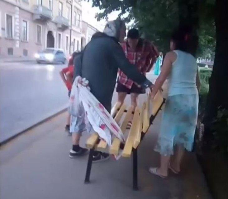 В Черновцах пенсионерка украла с центральной площади лавочку - фото 130289