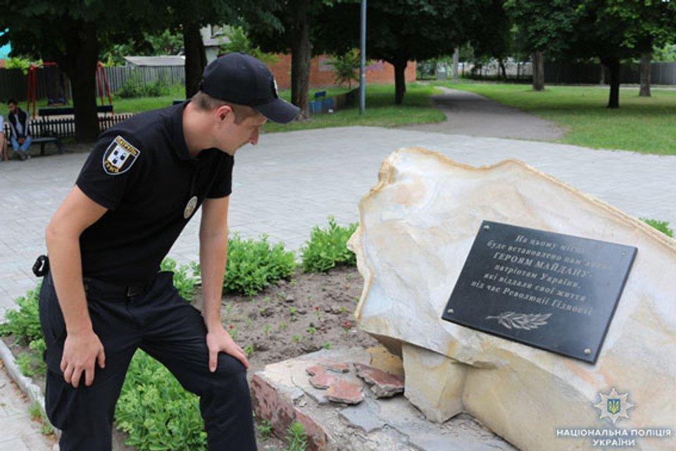 В Сумах подростки обесчестили памятник Героям Майдана - фото 133555