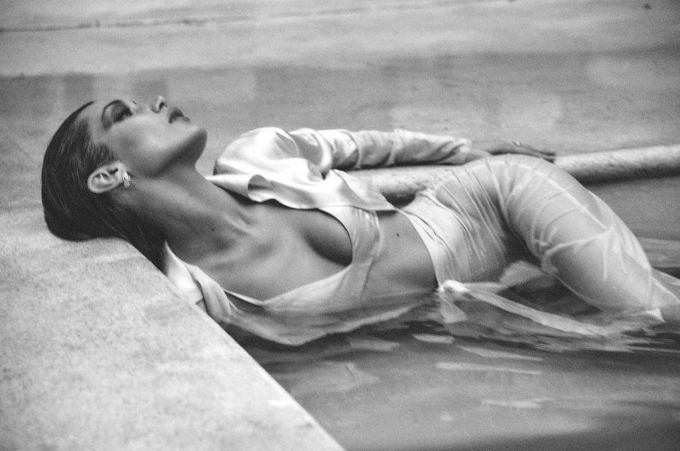 Белла Хадид показала голую грудь в платье-сеточке - фото 133566