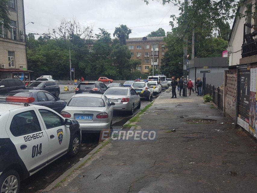 Вооруженные налетчики ограбили конвертцентр в Киеве, ранена женщина (ФОТО) - фото 133605