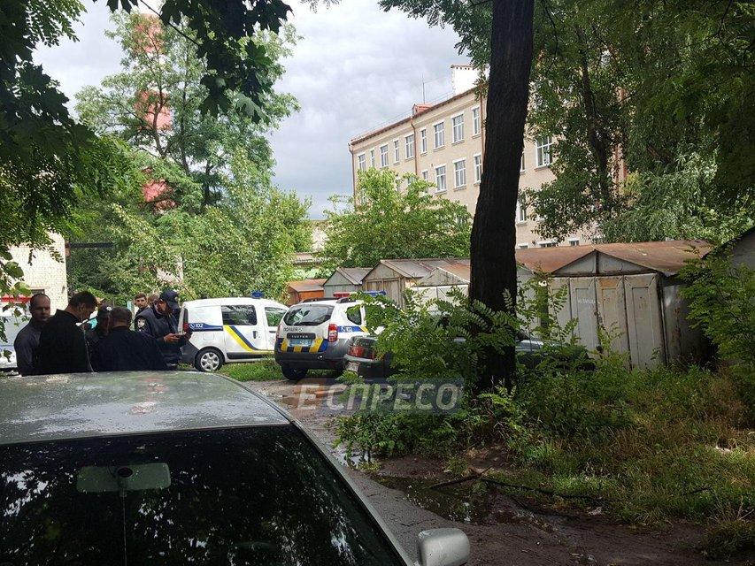 Вооруженные налетчики ограбили конвертцентр в Киеве, ранена женщина (ФОТО) - фото 133606