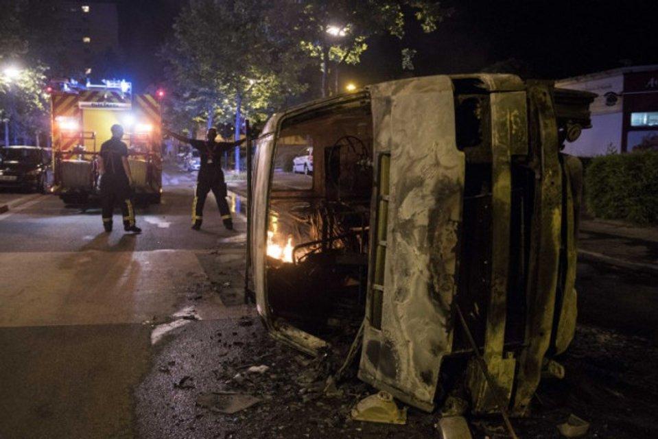 Во Франции после убийства полицейским парня правоохранитей забросали 'коктейлями Молотова' - фото 133963