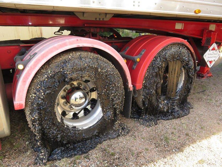 В Австралии из-за жары несколько десятков машин застряли в раскаленном асфальте (фото) - фото 134418