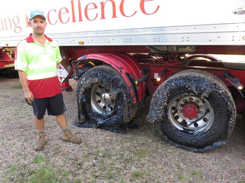 В Австралии из-за жары несколько десятков машин застряли в раскаленном асфальте (фото) - фото 134419