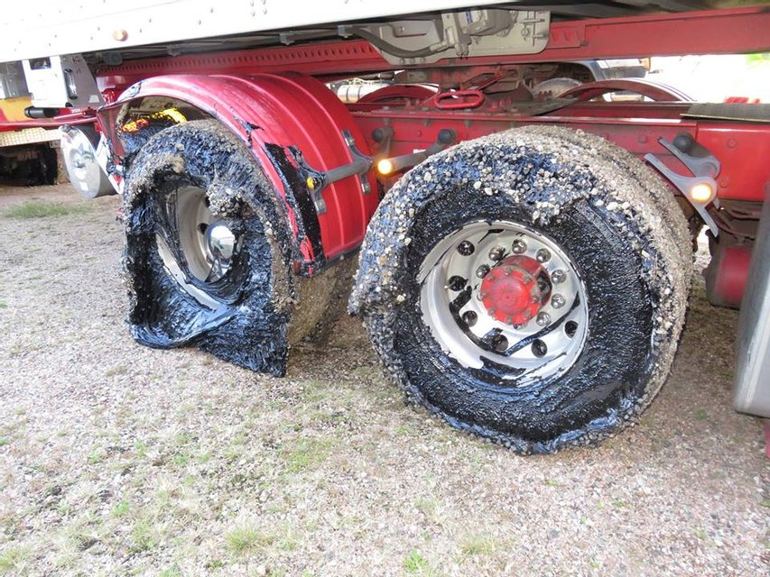В Австралии из-за жары несколько десятков машин застряли в раскаленном асфальте (фото) - фото 134421