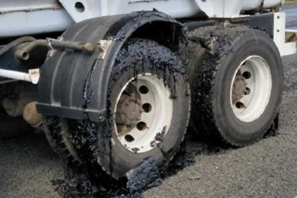 В Австралии из-за жары несколько десятков машин застряли в раскаленном асфальте (фото) - фото 134423