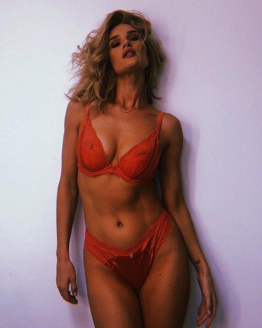 Рози Хантингтон-Уайтли поделилась откровенными снимками, рекламируя свой бренд белья - фото 134553