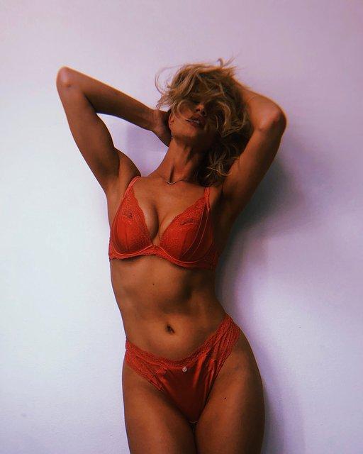 Рози Хантингтон-Уайтли поделилась откровенными снимками, рекламируя свой бренд белья - фото 134554