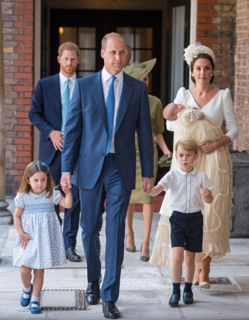Принц Уильям и Кейт Миддлтон крестили своего младшего сына принца Луи - фото 135014