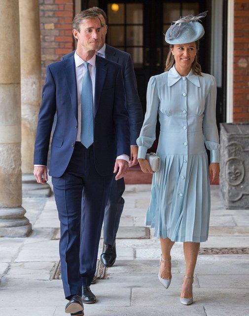 Принц Уильям и Кейт Миддлтон крестили своего младшего сына принца Луи - фото 135021
