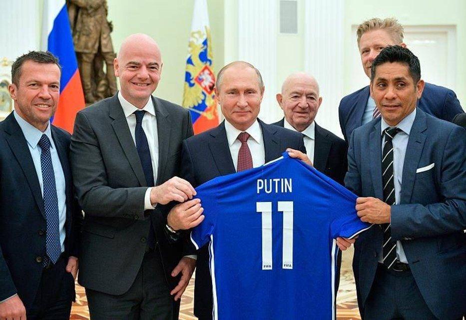 ФИФА уличили в пропаганде коммунизма и поддержке Путина - фото 135044
