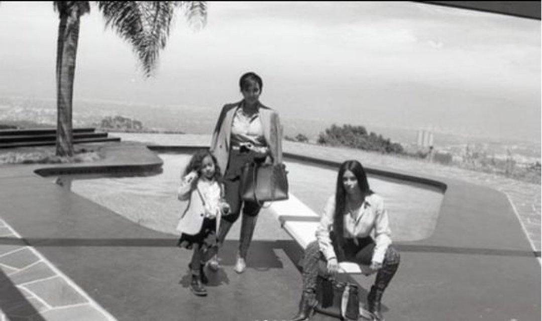 Ким Кардашьян с мамой и дочкой снялась в новой фотосессии - фото 135046