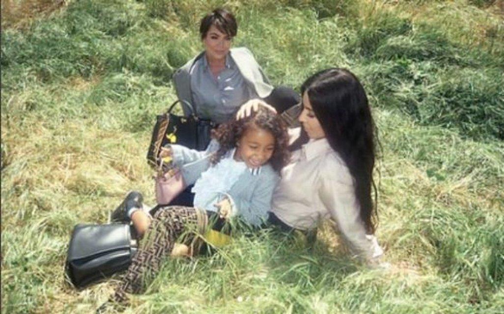 Ким Кардашьян с мамой и дочкой снялась в новой фотосессии - фото 135047