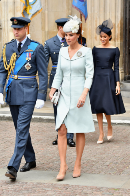 Елизавета II впервые после сообщений об ухудшении здоровья вышла в свет - фото 135124