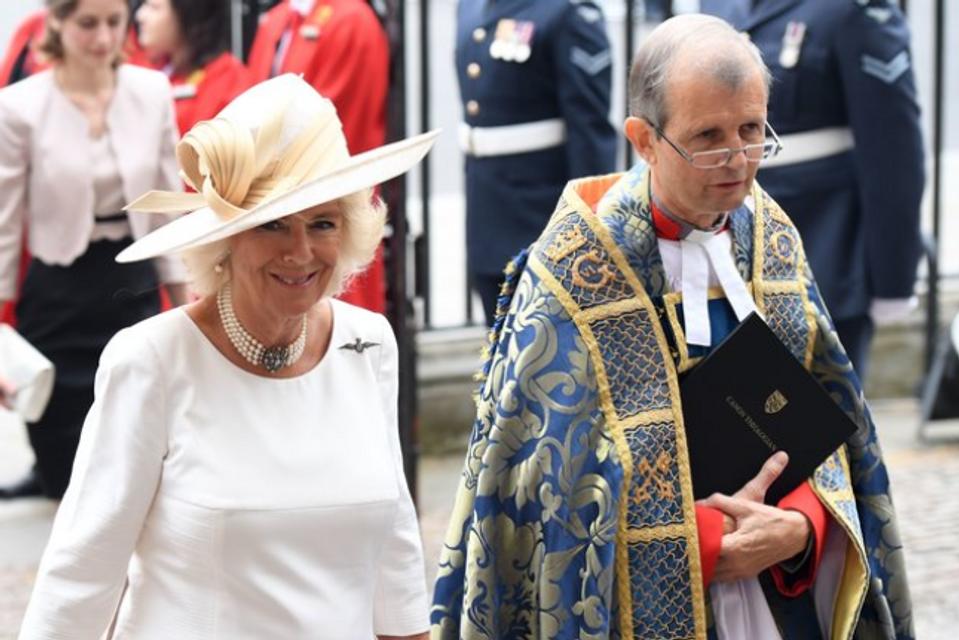 Елизавета II впервые после сообщений об ухудшении здоровья вышла в свет - фото 135132