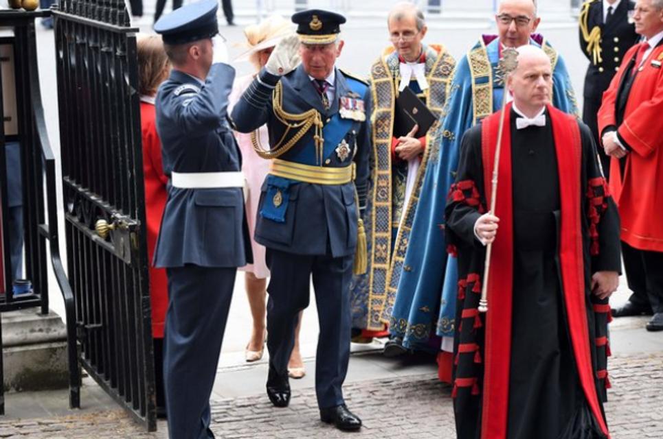 Елизавета II впервые после сообщений об ухудшении здоровья вышла в свет - фото 135133