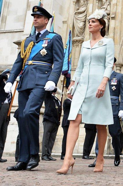 Елизавета II впервые после сообщений об ухудшении здоровья вышла в свет - фото 135138