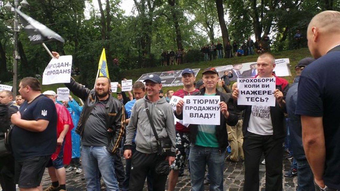 Владельцы 'евроблях' заблокировали центр Киева возле Рады - фото 135260