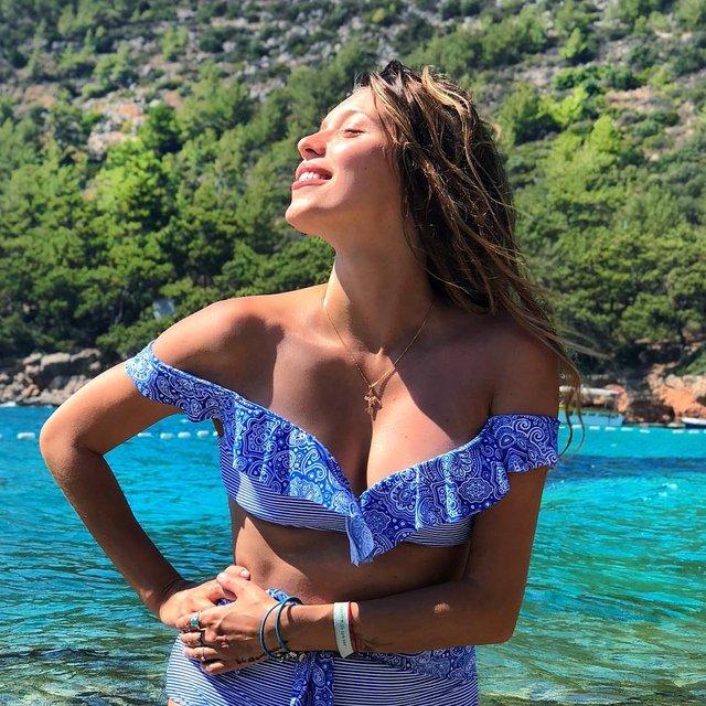 Пользователи раскритиковали фигуру Регины Тодоренко на фото в купальнике - фото 135291