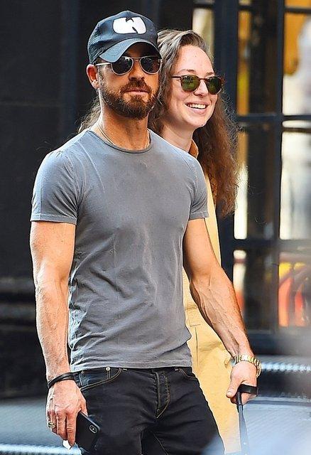Экс-мужа Дженнифер Энистон застали с новой девушкой - фото 135338