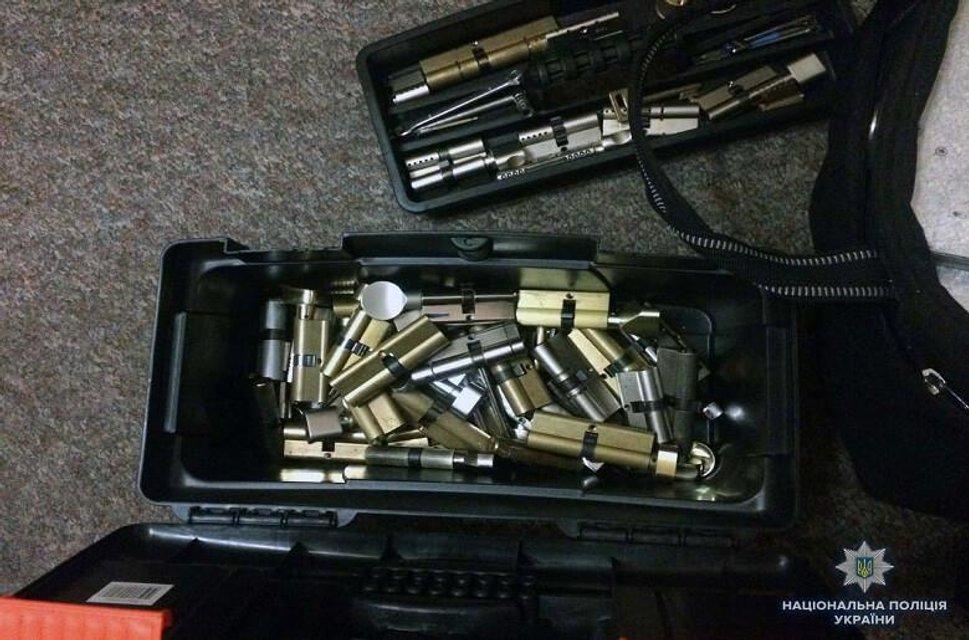 В Киеве иностранцы похитили из квартиры сейф с 200 тысячами гривен - фото 135377