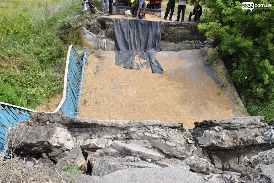 В Днепропетровской области под грузовиком обвалился мост - фото 135485