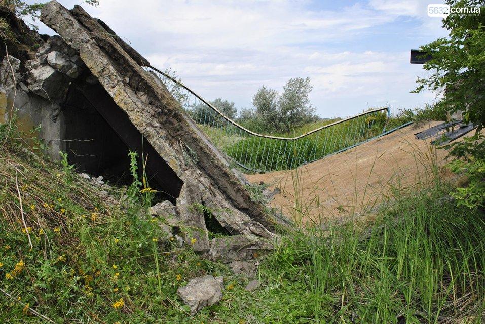 В Днепропетровской области под грузовиком обвалился мост - фото 135486