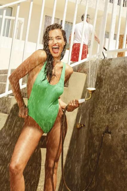 Ирина Шейк в купальнике снялась в летней фотосессии для глянца - фото 135602