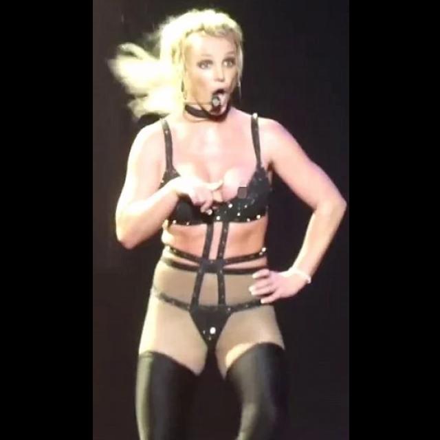 Бритни Спирс во время выступления случайно оголила грудь - фото 135958
