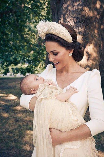 В сети появились официальные снимки с крестин принца Луи - фото 135968