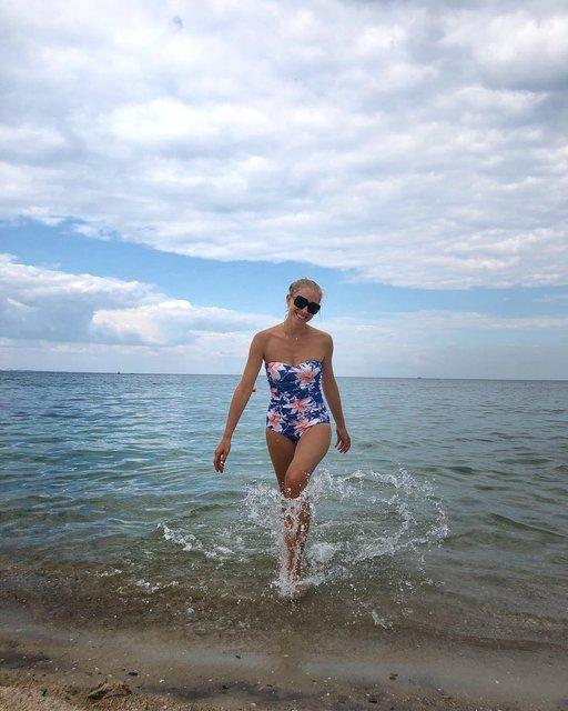 Катя Осадчая в купальнике поразила красотой на отдыхе в Одессе - фото 136083