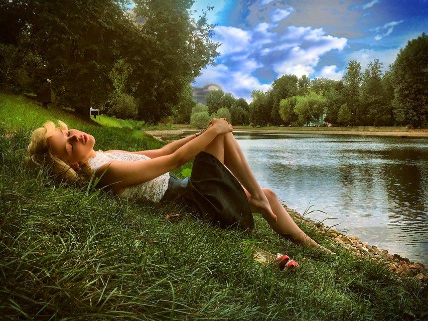 Алина Гросу удивила романтичной фотосессией у реки - фото 136111