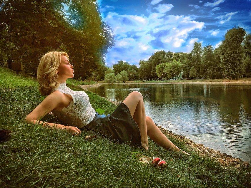 Алина Гросу удивила романтичной фотосессией у реки - фото 136113