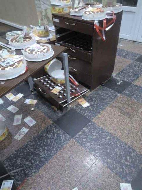 Неизвестные на глазах у полиции разгромили офис НАБУ и разбросали торты Roshen - фото 136200