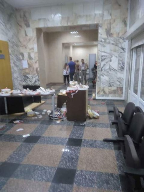 Неизвестные на глазах у полиции разгромили офис НАБУ и разбросали торты Roshen - фото 136201