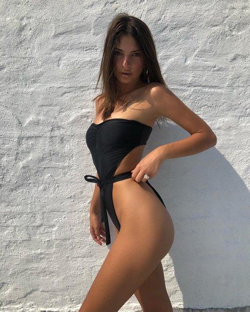 Эмили Ратажковски топлес прорекламировала свою линию купальников - фото 136374