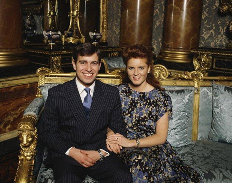 У принца Чарльза был роман с женой брата - фото 136496